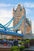 Londra, İngiltere - April15, 2015: Tower bridge uygulamasında günbatımı. London City, river Thames yürüyüş kuzeyinde. — Stok fotoğraf