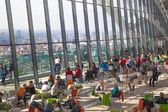 London, Storbritannien - 22 April 2015: Människor i restaurangen Sky Garden Walkie-Talkie byggnaden. Utsiktsplattform är heist Uk trädgård, lokaliserar 32 våningen och erbjuder fantastisk skyline av London city. — Stockfoto