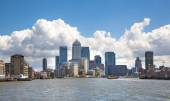 LONDON, UK - APRIL 30, 2015:  Canary Wharf business aria view from the River Thames — Stockfoto