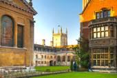 CAMBRIDGE, UK - JANUARY 18, 2015: Pembroke college, university of Cambridge. The inner courtyard with church — Stock Photo