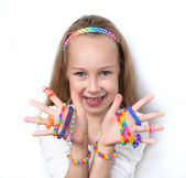 クラフト バンドを織機します。彼女の作品を示す少女. — ストック写真