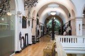 Londres, Reino Unido - 24 de agosto, 2014: sala de exposições do Museu victoria e albert. v & um museu é maior Museu do mundo de artes decorativas e design. — Fotografia Stock