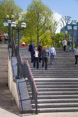 ロンドン、カナリーワーフ銀行アリア。人々 を歩いて広場まで階段 — ストック写真