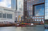 LONDON, UK - MARCH 31, 2015: Canary Wharf building site with cranes and digger. New resident skyscraper going to be raised next to Canary Wharf business development — Zdjęcie stockowe