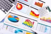 Tablas financieras y gráficos sobre la mesa — Foto de Stock