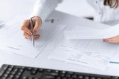 Cierre plano de una mano humana escribiendo algo sobre el papel — Foto de Stock