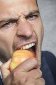 ビジネスマンはリンゴを食べる — ストック写真
