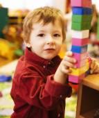 Retrato de menino bonito fazendo a toalha com lego — Foto Stock