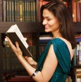 Stock photo portrait of beauty young woman reading book in library — Stock Photo