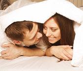 快乐的年轻夫妇在家里 — 图库照片