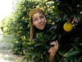 Mujer bonita el islam en naranjal sonriendo — Foto de Stock