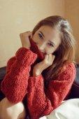 Молодая женщина довольно реальный в свитер и шарф по всему ее улыбающееся лицо — Стоковое фото