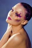 красоты молодая женщина с творческим составляют — Стоковое фото