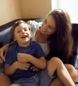Mãe com o filho, uma família feliz em casa — Fotografia Stock