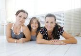 小さな娘、幸せな家族と一緒に自宅で成熟した姉妹双子 — ストック写真