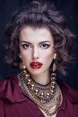 Skönhet rik brunett kvinna med en hel del smycken, spansktalande cur — Stockfoto