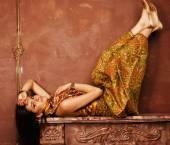 Stile orientale di bellezza giovane donna sensuale in camera di lusso — Foto Stock
