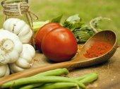 木製キッチンいない調味料、トマト、唐辛子、緑の野菜 — ストック写真