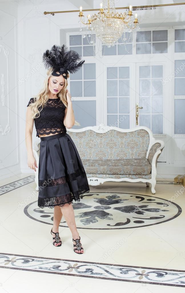 Женщина в богатом платье