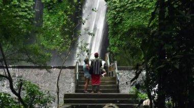 People admire beautiful waterfall — Stock Video