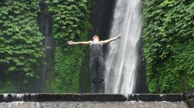Woman enjoying waterfall in Bali — Stock Video