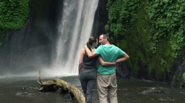 Couple in love admire waterfall — Stock Video