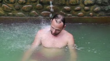 Man enjoying bath in hot springs — Stock Video