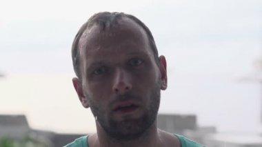 Sad man standing in the rain — Stock Video