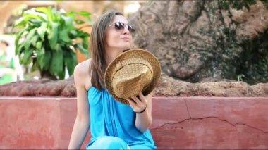 Mulher refrigerar-se com chapéu — Vídeo Stock