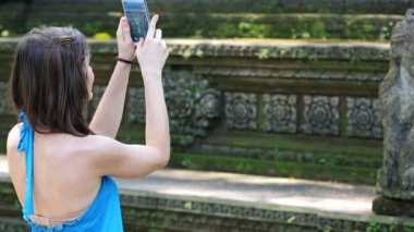 Woman taking photo with of ancient sculpture — Vídeo de stock