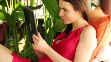 Woman with tablet in gazebo — Stock Video