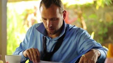 Businessman signing documents — Vidéo