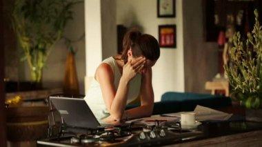 Businesswoman having headache — Stockvideo