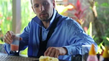 Businessman drinking juice, eat fruits — Vídeo Stock