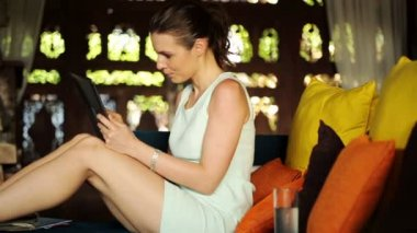 Businesswoman with tablet relaxing on sofa — Stock Video