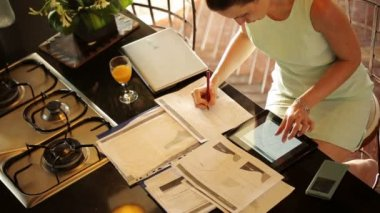 Businesswoman working with documents in kitchen — Vídeo de stock