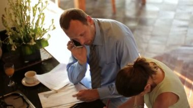деловая пара, читающая документ дома — Стоковое видео