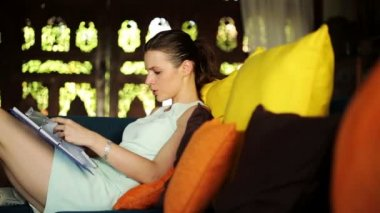 Businesswoman reading documents on sofa — Stock Video