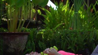 Женщина, осуществляя с гантелями — Стоковое видео