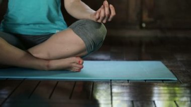 Young woman meditating at home — Stock Video