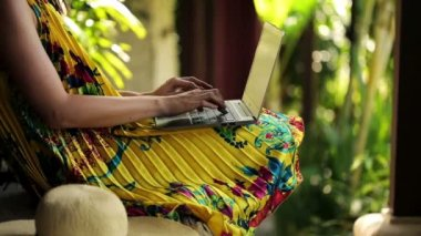 Woman hands typing on laptop on bench — Stok video