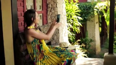 Woman taking photo with cellphone — Vídeo Stock