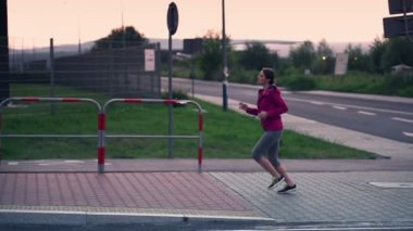 Woman runing in city in evening — Video Stock