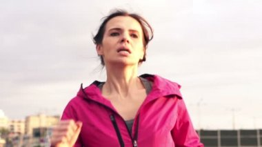Young woman jogging in city — Vídeo Stock