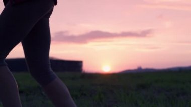Woman jogging during sunset — Vídeo stock