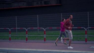 Běhání v městě pár — Stock video