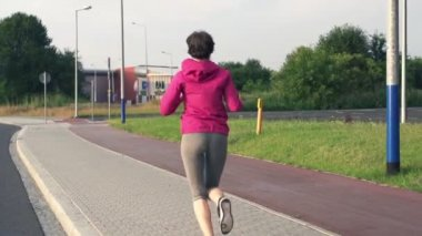 Young woman jogging in city — Stock Video
