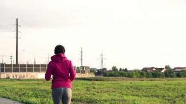 Woman running in countryside — Vídeo de stock