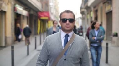 Confident young businessman walking in the city — Stok video