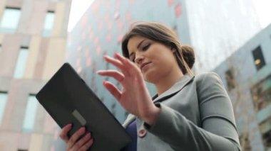 Geschäftsfrau arbeitet an tablet-pc in der stadt — Stockvideo
